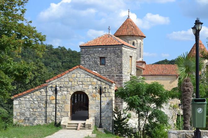kutaisi-1280px-Motsameta_monastery-autor-CHARGERLEVANI