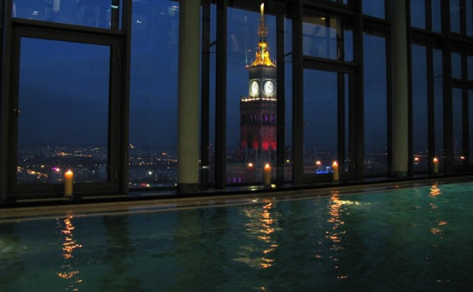 Basen na 43. piętrze hotelu InterContinental Warszawa, fot. HotelSpotter.pl