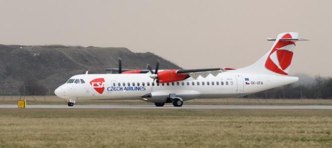 Letadlo ATR72 OK-XFA v novém laku s novým logem na letišti v Praze-Ruyzni