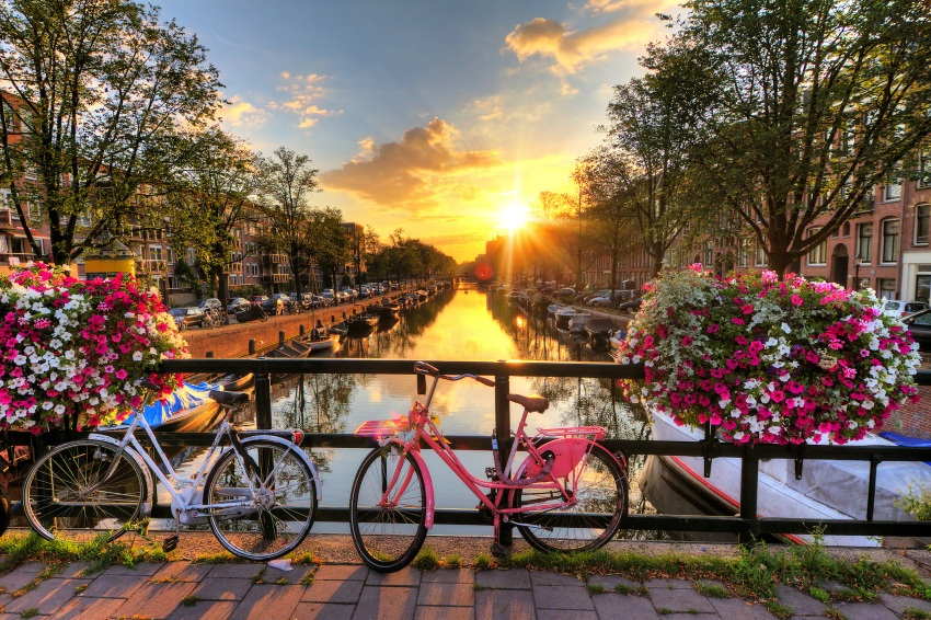 Amsterdam-kanal-rowery-Fotolia_91108597_Subscription_Monthly_M-denisvdwater-1689x1125px-resize850x566px