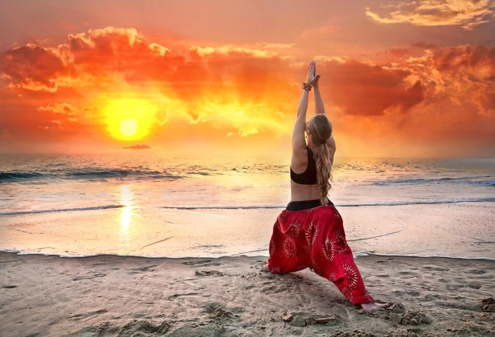 Indie goa joga plaza Yoga virabhadrasana warrior pose at sunset