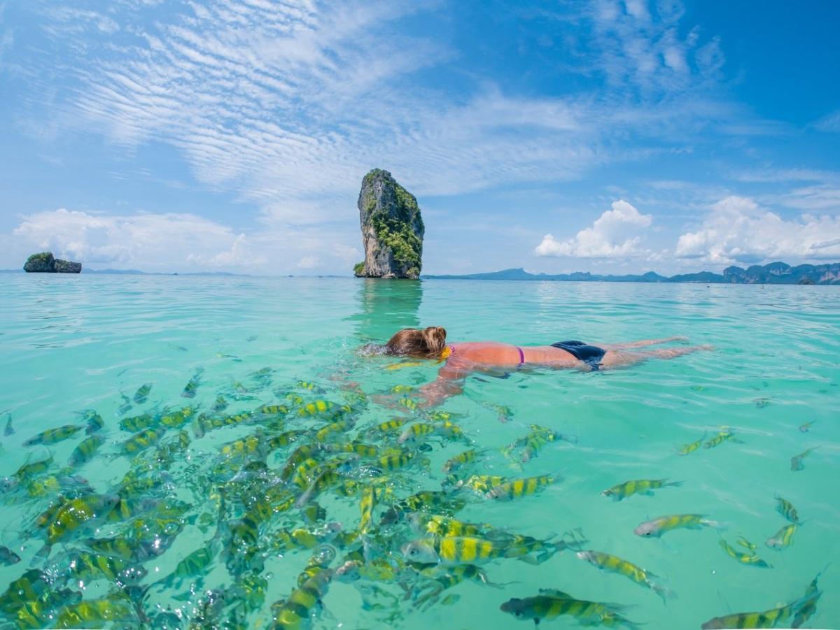 krabi tajlandia Beautiful woman snorkelling in Krabi Thailand