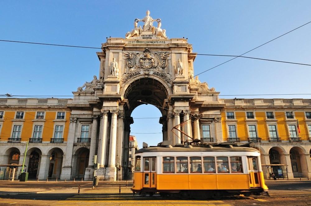 Lizbona-tramwaj-budynek-swiatlo-Depositphotos_7923406_original-1000x664px